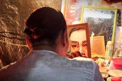 Ο δράστης προετοιμάζεται για την κινεζική όπερα Στοκ Φωτογραφίες