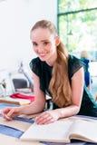 Ο ράφτης μεταφέρει το σχέδιο του σχεδίου μόδας στο ύφασμα Στοκ φωτογραφία με δικαίωμα ελεύθερης χρήσης