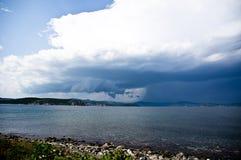 Ο δραματικός ουρανός στην ακτή Στοκ εικόνα με δικαίωμα ελεύθερης χρήσης