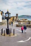 20ο ρολόι συγκρούσεων αιώνα Lyme REGIS στο υπαίθριο σταθμό αυτοκινήτων πυλών Cobb Lyme REGIS Αγγλία στοκ φωτογραφία με δικαίωμα ελεύθερης χρήσης