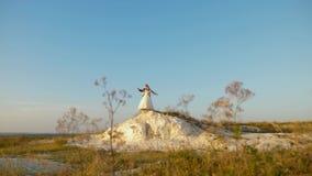 Ο ρομαντικοί άνδρας και η γυναίκα αιωρούνται ενάντια στο μπλε ουρανό και το χαμόγελο νύφη και νεόνυμφος που χορεύουν ενάντια στο  απόθεμα βίντεο