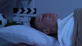 Ο ρομαντικός έφηβος που βρίσκονται στο κρεβάτι και η πτώση κοιμισμένη, αίσθημα αγαπούν και έμπνευση απόθεμα βίντεο