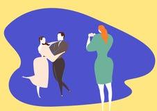 Ο ρομαντικός χορός βλαστών γαμήλιων φωτογράφων είναι μια κεντρική στιγμή στο γάμο ελεύθερη απεικόνιση δικαιώματος