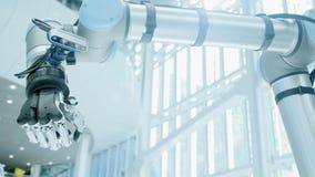 Ο ρομποτικός βραχίονας παρουσιάζει όπως το χέρι Ένα χέρι ρομπότ μετάλλων αυξάνει τον αντίχειρά του επάνω Σύγχρονα ρομπότ τεχνολογ απόθεμα βίντεο