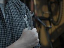 Ο δροσερός αριστοκρατικός νέος τύπος καθορίζει το ποδήλατό του με τα γαλλικά κλειδιά πρίν παίρνει έναν γύρο στοκ φωτογραφία με δικαίωμα ελεύθερης χρήσης