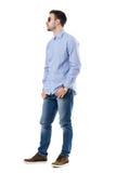 Ο δροσερός χαλαρωμένος έξυπνος περιστασιακός νεαρός άνδρας που φορά τα γυαλιά ηλίου με παραδίδει τις τσέπες κοιτάζοντας μακριά Στοκ φωτογραφίες με δικαίωμα ελεύθερης χρήσης