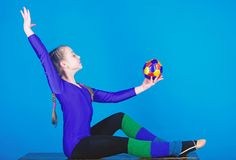 Ο ρυθμικός αθλητισμός γυμναστικής συνδυάζει το χορό μπαλέτου στοιχείων Κορίτσι λίγος gymnast αθλητισμός leotard Φυσική αγωγή και στοκ εικόνες