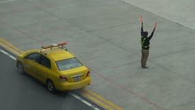 Ο ρυθμιστής στο διάδρομο δίνει τα σήματα πιλότων φιλμ μικρού μήκους