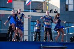 Ο ρωσικός λαϊκός χορός εκτελείται στο ανοιχτό ουρανό στοκ εικόνες με δικαίωμα ελεύθερης χρήσης