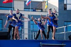 Ο ρωσικός λαϊκός χορός εκτελείται στο ανοιχτό ουρανό στοκ φωτογραφίες με δικαίωμα ελεύθερης χρήσης
