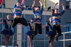Ο ρωσικός λαϊκός χορός εκτελείται στο ανοιχτό ουρανό στοκ φωτογραφία με δικαίωμα ελεύθερης χρήσης