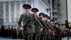 Ο ρωσικός στρατιωτικός Μάρτιος μέσω της περιοχής στοκ φωτογραφίες