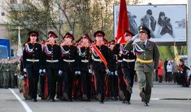 Ο ρωσικός στρατιωτικός Μάρτιος μέσω της περιοχής στοκ φωτογραφία με δικαίωμα ελεύθερης χρήσης