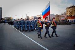 Ο ρωσικός στρατιωτικός Μάρτιος μέσω της περιοχής στοκ εικόνα με δικαίωμα ελεύθερης χρήσης