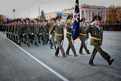 Ο ρωσικός στρατιωτικός Μάρτιος μέσω της περιοχής στοκ εικόνα