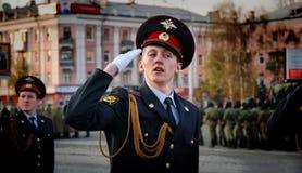 Ο ρωσικός στρατιωτικός Μάρτιος μέσω της περιοχής στοκ εικόνες με δικαίωμα ελεύθερης χρήσης