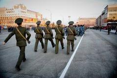 Ο ρωσικός στρατιωτικός Μάρτιος μέσω της περιοχής στοκ φωτογραφίες με δικαίωμα ελεύθερης χρήσης