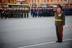 Ο ρωσικός στρατιωτικός Μάρτιος μέσω της περιοχής στοκ φωτογραφία