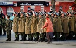 Ο ρωσικός στρατιωτικός Μάρτιος μέσω της περιοχής στοκ εικόνες