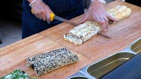 Ο ρόλος σουσιών που κάνει την προετοιμασία, κλείνει επάνω σε ετοιμότητα αρχιμαγείρων με ένα μαχαίρι απόθεμα βίντεο