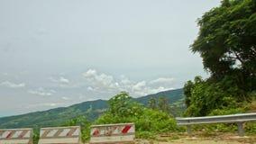 Ο δρόμος ασφάλτου βουνών γυρίζει τα προηγούμενα εμπόδια καθρεφτών σημαδιών απόθεμα βίντεο