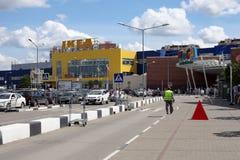 Ο δρόμος ενώπιον του ΜΕΓΑ εμπορικού κέντρου στην πόλη Khimki Στοκ Φωτογραφία