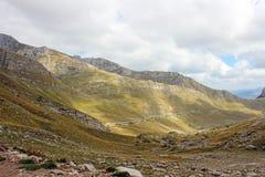 Ο δρόμος μεταξύ του ορεινού όγκου βουνών στο Μαυροβούνιο Στοκ Φωτογραφία