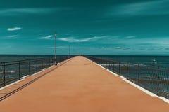 Ο δρόμος που εξαφανίζεται στη θάλασσα στοκ εικόνα με δικαίωμα ελεύθερης χρήσης