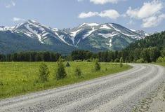 Ο δρόμος στα χιονώδη βουνά στοκ φωτογραφία με δικαίωμα ελεύθερης χρήσης