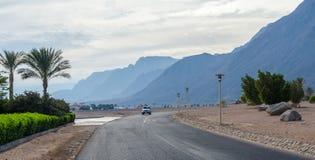 Ο δρόμος στην περιοχή θερέτρου της Αιγύπτου σε ένα υπόβαθρο μπλε mou Στοκ φωτογραφίες με δικαίωμα ελεύθερης χρήσης