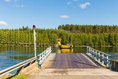 Ο δρόμος 471 στη βόρεια Φινλανδία διασχίζεται με το πορθμείο καλωδίων Στοκ Φωτογραφίες