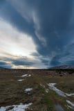 Ο δρόμος στο ηλιοβασίλεμα πέρα από τον τομέα σε ένα υπόβαθρο του δραματικού ουρανού Ρωσία, Stary Krym Στοκ Φωτογραφία