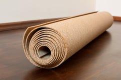 Ο ρόλος του φελλού βρίσκεται σε ένα καφετί πάτωμα στοκ φωτογραφία με δικαίωμα ελεύθερης χρήσης