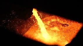 Ο σίδηρος πυρκαγιάς χύνεται από το φούρνο Βαριά και επικίνδυνη παραγωγή μετάλλων Πολύ συναρπαστικό βίντεο φιλμ μικρού μήκους