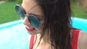 Ο σαγηνευτικός εύθυμος χορός κοριτσιών κοντά στη λίμνη, υπόλοιπο και χαλαρώνει, καλοκαιρινές διακοπές απόθεμα βίντεο