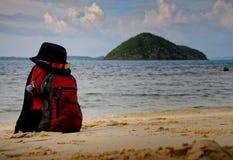 Ο σακίδιο πλάτης-ταξιδιώτης σε ένα καπέλο στοκ φωτογραφία με δικαίωμα ελεύθερης χρήσης