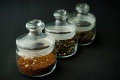 ο σαφής κύκλος βάζων γυαλιού διόγκωσε χαμηλά για το τσάι με το καπάκι σ στοκ εικόνα