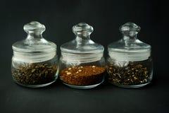 ο σαφής κύκλος βάζων γυαλιού διόγκωσε χαμηλά για το τσάι με το καπάκι σ στοκ φωτογραφίες