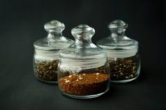 ο σαφής κύκλος βάζων γυαλιού διόγκωσε χαμηλά για το τσάι με το καπάκι σ στοκ εικόνα με δικαίωμα ελεύθερης χρήσης