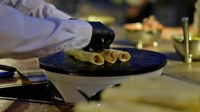 Ο σερβιτόρος διαδίδει το περιορισμένο burrito σε ένα καυτό πιάτο απόθεμα βίντεο