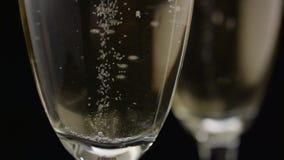 Ο σερβιτόρος κάνει ένα γυαλί με τη λαμπιρίζοντας σαμπάνια Μαύρη ανασκόπηση κλείστε επάνω απόθεμα βίντεο