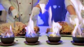 Ο σερβιτόρος κόβει το κρέας Συλλάβετε μια κάμερα μέσω μιας πυρκαγιάς φιλμ μικρού μήκους