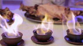Ο σερβιτόρος κόβει το κρέας Συλλάβετε μια κάμερα μέσω μιας πυρκαγιάς απόθεμα βίντεο