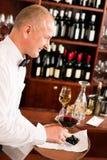 Ο σερβιτόρος ράβδων κρασιού ώριμος εξυπηρετεί το εστιατόριο γυαλιού στοκ εικόνες με δικαίωμα ελεύθερης χρήσης