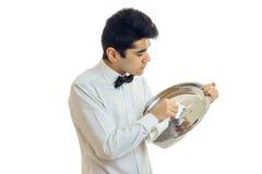 Ο σερβιτόρος τύπων καθαρίζει το ύφασμα δίσκων Στοκ Εικόνα