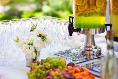Ο σερβιτόρος χύνει τη σαμπάνια σε ένα ποτήρι Κενά γυαλιά στο whi Στοκ εικόνα με δικαίωμα ελεύθερης χρήσης
