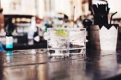 Ο σερβιτόρος χύνει το κρασί σε ένα ποτήρι Στοκ Εικόνα