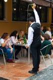 Ο σερβιτόρος χύνει το μηλίτη Στοκ φωτογραφία με δικαίωμα ελεύθερης χρήσης