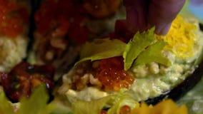 Ο σε αργή κίνηση αρχιμάγειρας προετοιμάζει το εξωτικό πιάτο τροφίμων με το αβοκάντο, χαβιάρι, ντομάτες φιλμ μικρού μήκους