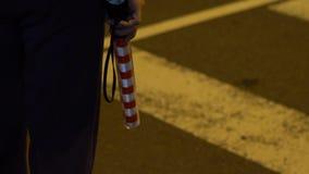 Ο σε αργή κίνηση αστυνομικός, ρυθμίζει χρησιμοποιημένο το πεζοί λάμποντας ελαφρύ ραβδί απόθεμα βίντεο